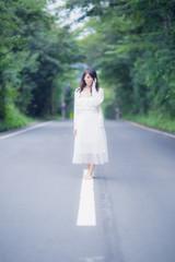 道路に立つ全身の写った女性