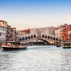Pont du Rialto et Vaporetto sur le Grand Canal, Venise