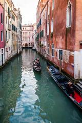 Gondoles sur un canal à Venise, Italie