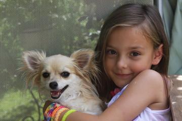 petite fille et son chihuahua