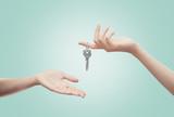 Mani con chiave sfondo azzurro