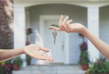 Mani con chiavi sfondo porta