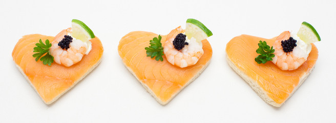 Herzcanapés mit Lachs und Shrimps