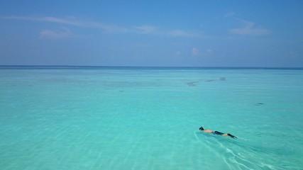 モルディブの海で泳ぐ