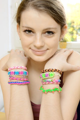 Teenager mit Loom Bands