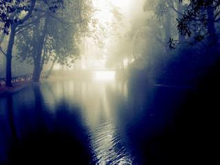 Lago envolvido na escuridão e secretismo