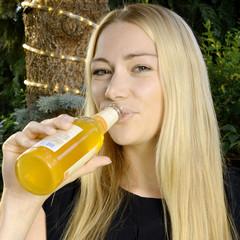 Frau trinkt Fassbrause