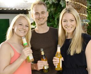 Freunde bei Gartenfest und Party