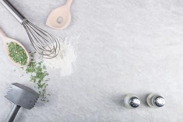 Küchenutensilien Zutaten auf Steinplatte