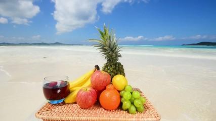 美しい海と新鮮な果物