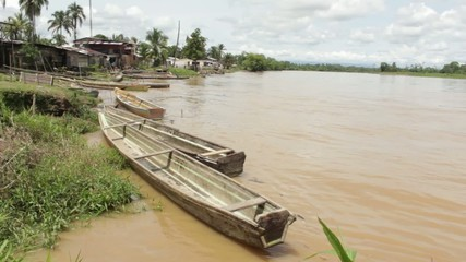 botes a la orilla del Rio