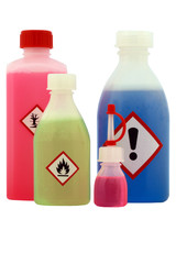 bunte Flüssigkeiten Chemie in Flaschen mit Gefahraufklebern