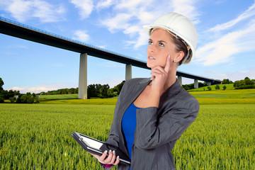 Ingenieur prüft Brücke