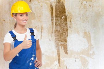 erfolgreiche handwerkerin zeigt daumen hoch