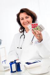 ärztin zeigt verschiedene medikamente