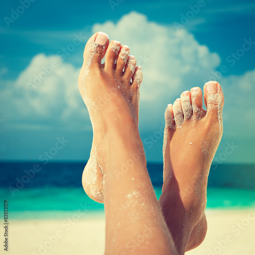 Foto op Aluminium Pedicure Tanned well-groomed feet amid tropical turquoise sea