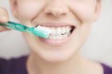 donna con denti spazzolino