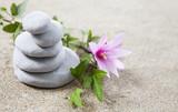pierres galets zen en équilibre sur le sable