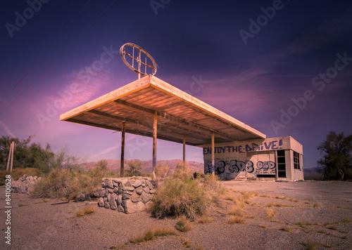 Fotobehang Route 66 Abandoned gas station, Az,CA desert