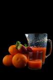 Fotoroleta Succo d'arancia con fragole, sfondo nero, bevanda