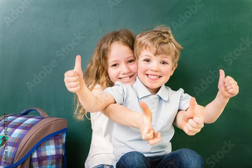 obraz lub plakat Schüler im Klassenraum Daumen hoch