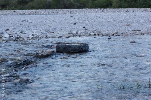 Autoreifen im Fluss