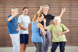 Fototapety Senioren lernen tanzen im Tanzkurs