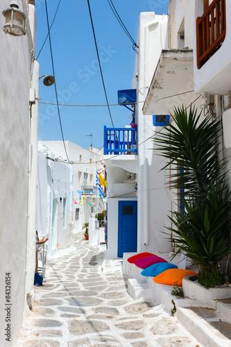 grecka-uliczka-w-bieli-z-blekitnym-niebem