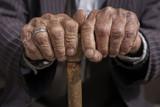 starý muž rukou