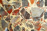 pavimentazione con frammenti di rocce colorate