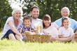 Detaily fotografie multi generace rodiny se těší piknik v přírodě