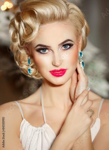 Photo Fashion Woman Jewelry Model Retro Makeup Hairstyle