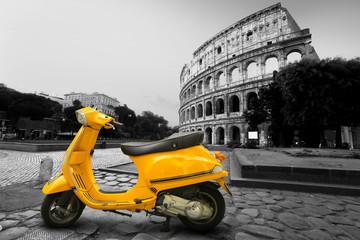 Żółty skuter w Rzymie z koloseum