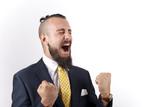 Hipster trajeado gritando triunfal