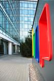 Znak przed budynkiem biurowym. - 84633102