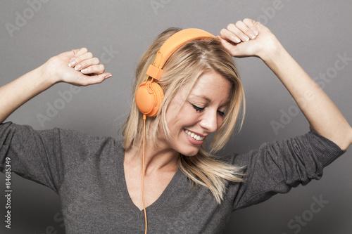 mata magnetyczna dość młoda kobieta korzystających dobre wibracje na słuchawkach