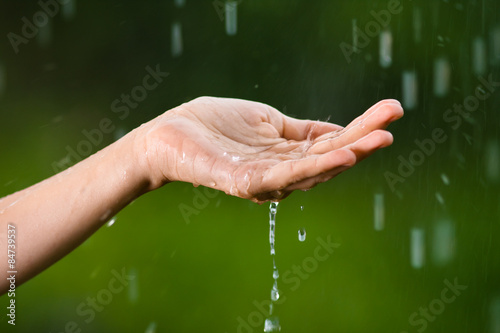 рука ловящая дождь