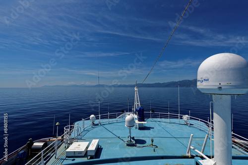 Poster Schiffsdeck mit Blick auf die Insel Korsika am Horizont