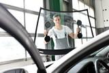 Fototapety professioneller Scheibenwechsel in einer Autowerkstatt