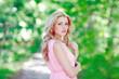 Постер, плакат: Портрет красивой блондинки в парке