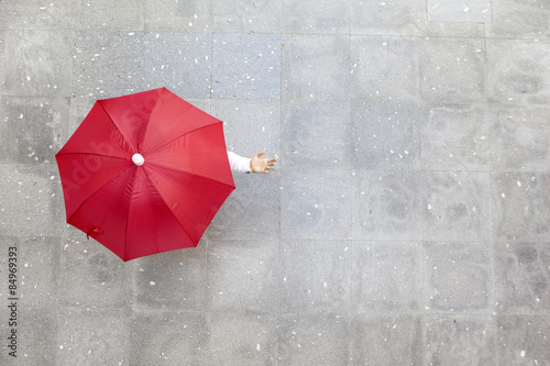 Juliste Man holding a red umbrella