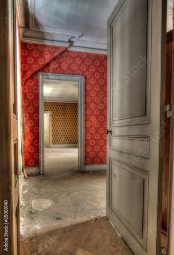 Fototapeta Offene Türe im alten Haus