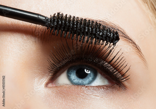 Poster, Tablou Close-up of blue eye with long lashes with mascara