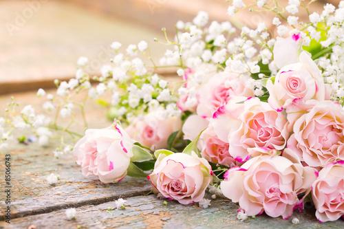 Poster Ein herrlicher Rosenstrauß auf rustikalem Holz