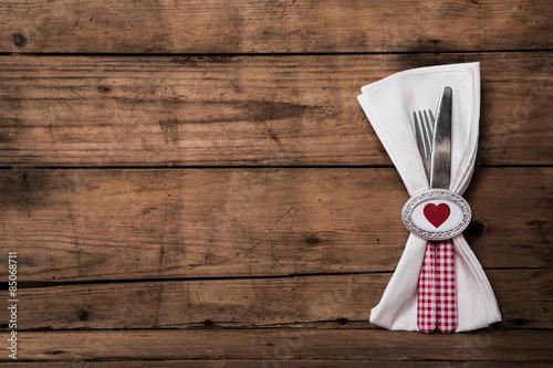 fest der liebe besteck in rot wei kariert mit serviette auf holz stockfotos und lizenzfreie. Black Bedroom Furniture Sets. Home Design Ideas
