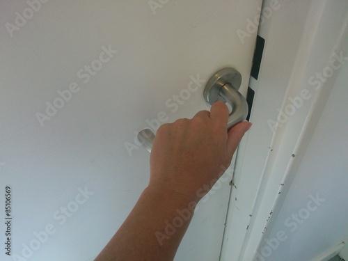 ouvrir une porte stockfotos und lizenzfreie bilder auf bild 85106569. Black Bedroom Furniture Sets. Home Design Ideas