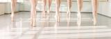 nogi baletnic tancerze w klasie taniec klasyczny, balet