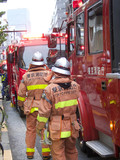 消防車と消防隊員