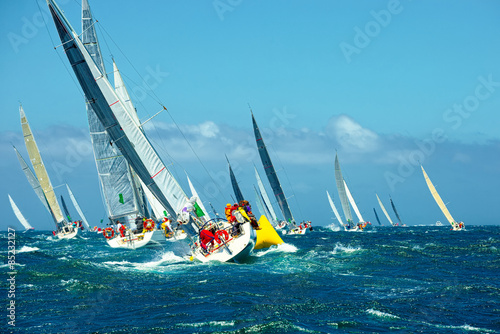 Fotografiet Sailing yachts regatta. Series yachts and ships