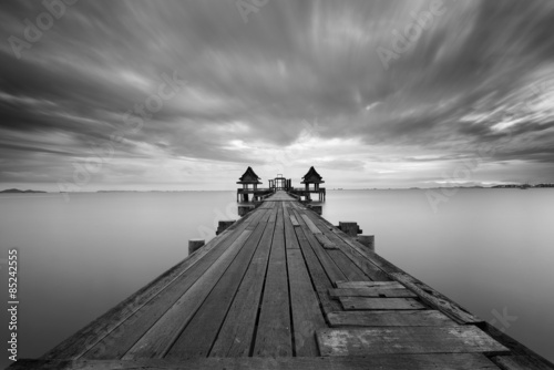 stary-most-i-poruszajace-sie-chmury